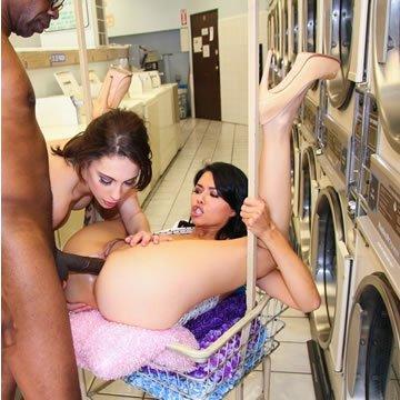 Dana és Nikita - análszex parti a mosodában
