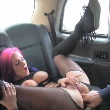 Lila hajú amatőr csajszi a taxiban kefél